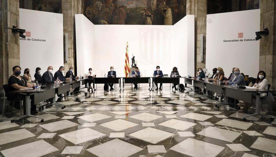 La taula presidida per Aragonès amb la resta d'alcaldes.