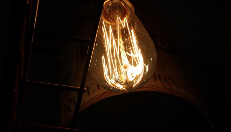 Una bombeta de llum càlida penjant del sostre.