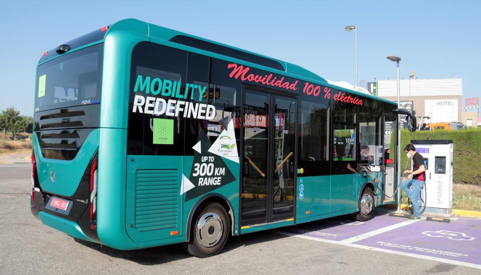Imatge de l'autobús elèctric recarregant la bateria a l'àrea de servei de Torrefarrera.