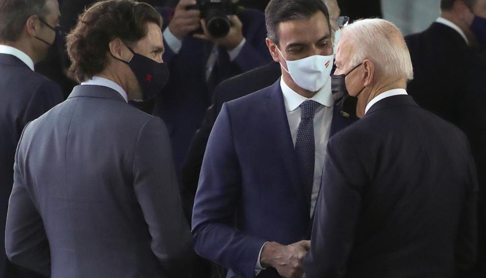 El president dels Estats Units, Joe Biden, el primer ministre espanyol, Pedro Sánchez, i el primer ministre canadenc, Justin Trudeau, parlen durant la cimera de l'OTAN.