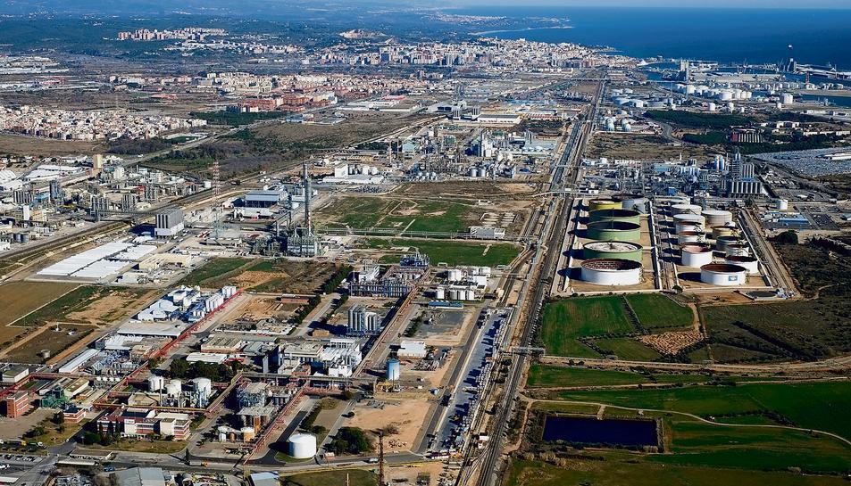 Imatge de l'expansió industrial que hi ha al voltant de la ciutat de Tarragona.
