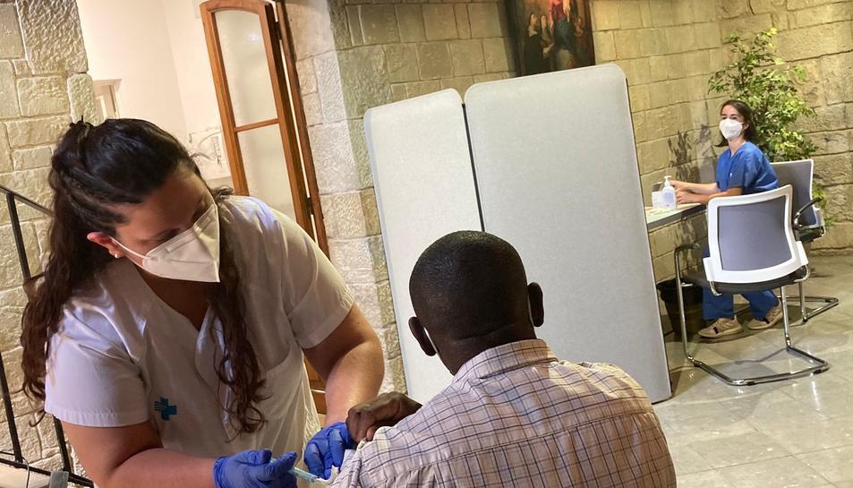 Un home en situació de vulnerabilitat rebent la vacuna a Manresa.