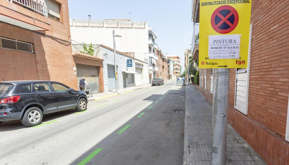 Imatge del carrer Robert Aguiló del barri del Miracle amb la zona verda d'estacionament pintada.