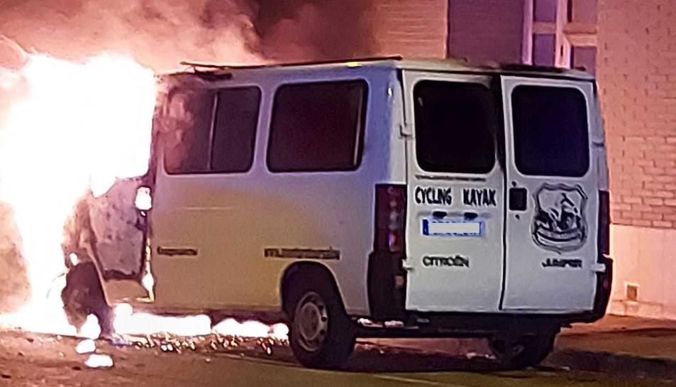 Imatge de la furgoneta mentre cremava.