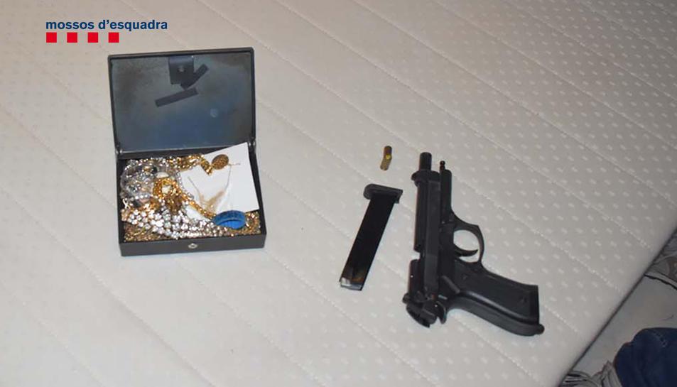 Imatge de l'arma i les joies robades.