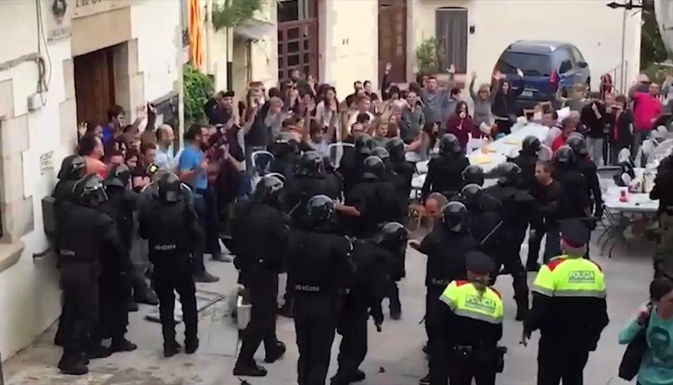 Imatge de les càrregues policials a Aiguaviva l'1-O.