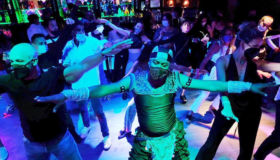 Imatge d'arxiu de gent ballant a un local d'oci nocturn durant un assaig clínic que es va fer a Sitges.
