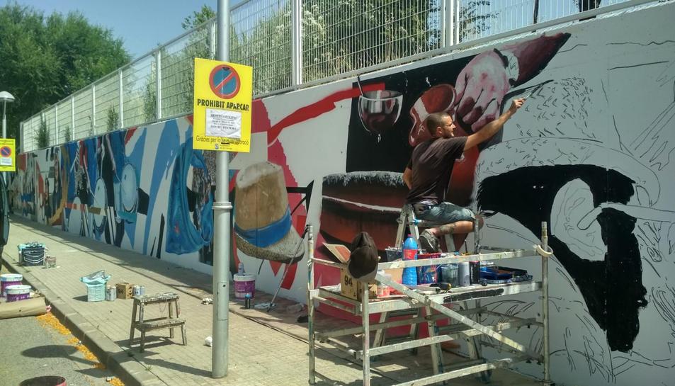Els treballs de realització del mural aquest dimarts a la Canonja.
