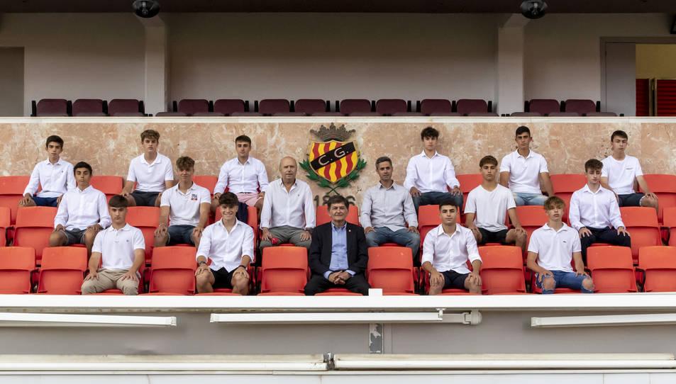 Els catorze joves, al Nou Estadi, acompanyats de Josep Maria Andreu.