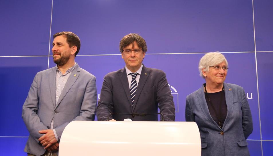 Carles Puigdemont, Toni Comín i Clara Ponsatí durant la roda de premsa després que la justícia europea els retornès provisionalment la immunitat