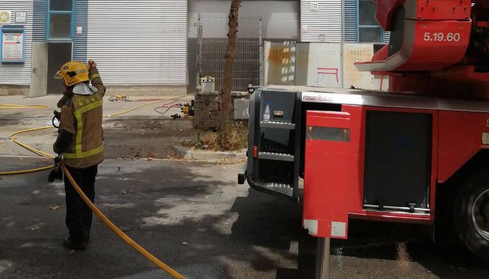 Imatge de l'incendi del taller, on ha perdut la vida un bomber.