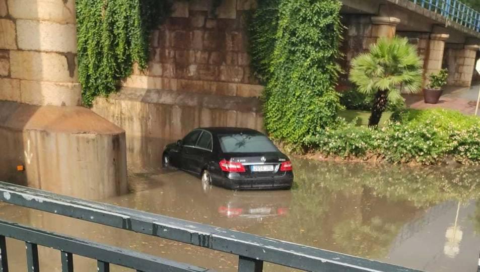 Un vehicle que ha quedat sota l'aigua a la riera d'Alforja de Cambrils.