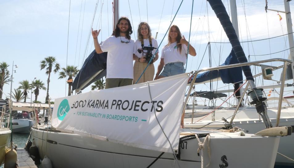 Pla obert de tres dels cinc tripulants de l'expedició.