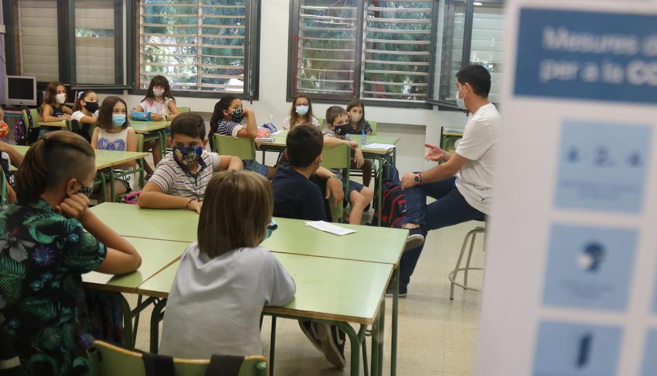 Una classe de l'Escola Catalònia de Barcelona amb tots els alumnes amb mascaretes,