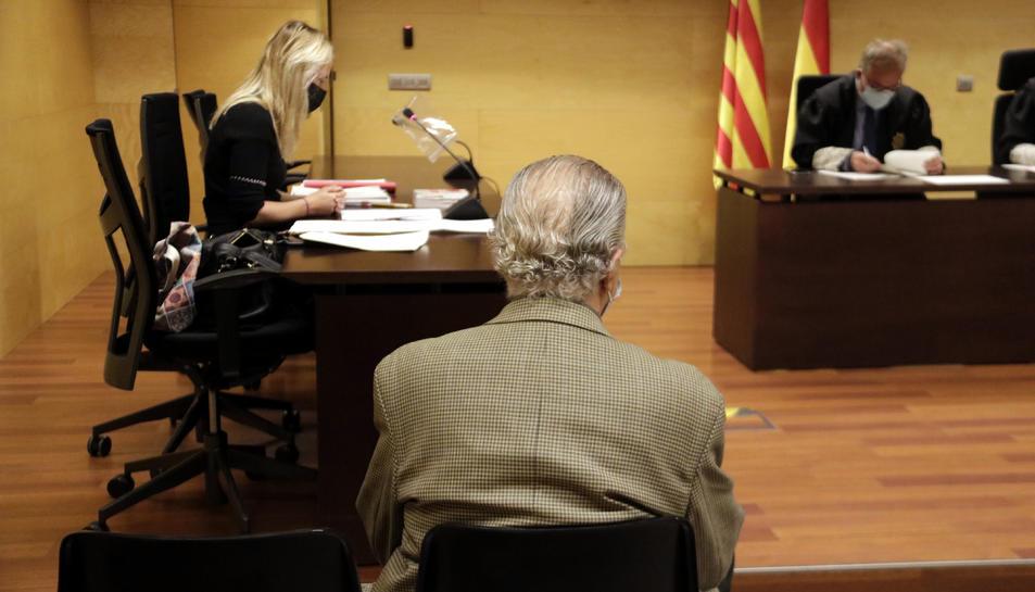 D'esquenes, el professor de dansa de Vidreres acusat d'abusar sexualment d'un alumne menor d'edat.