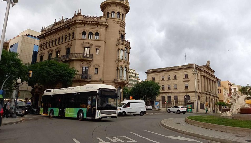 Imatge de l'autobús d'hidrogen passant per la Font del Centenari.