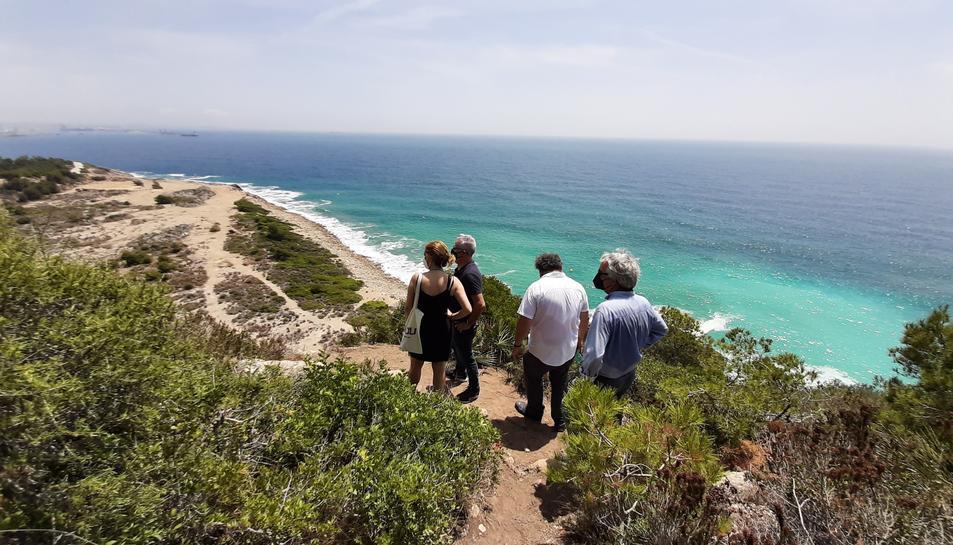 L'alcalde de Salou, Pere Granados amb els diputats socialistes visitant els entorns naturals del territori.