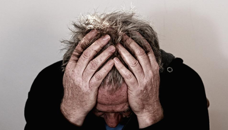 Imatge d'arxiu d'un home amb mal de cap.