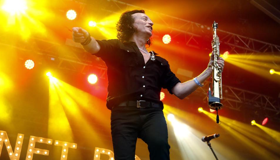 El saxofonista i veu de l'Elèctrica Dharma, Joan Fortuny, al Canet Rock del 2019.
