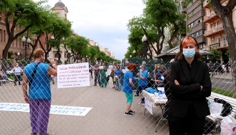 La tanca de filferro i d'una actriu de la companyia Tornavís Teatre durant la protesta de Stop Mare Mortum a Tarragona en el Dia Mundial de les Persones Refugiades.