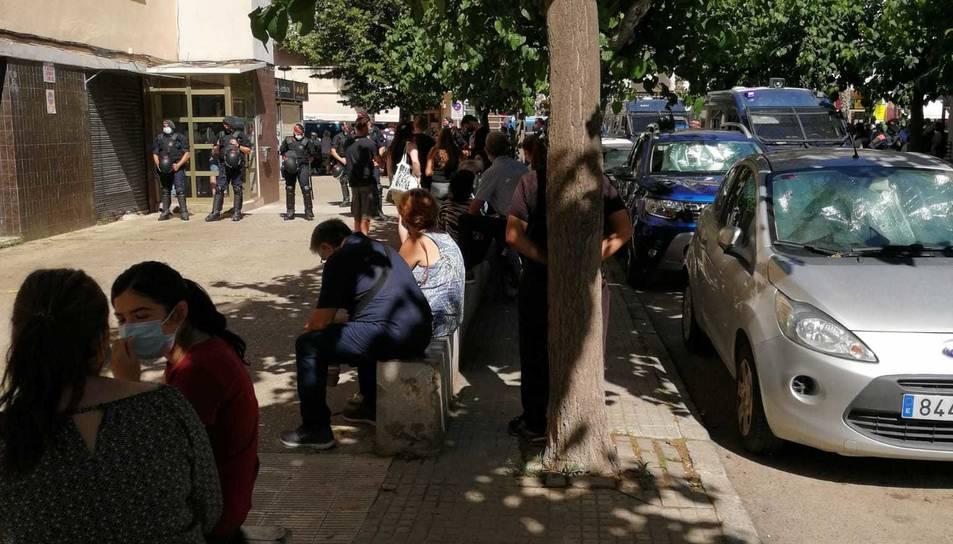 Imatge dels agents dels Mossos d'Esquadra i persones del Sindicat de l'Habitatge davant l'edifici.