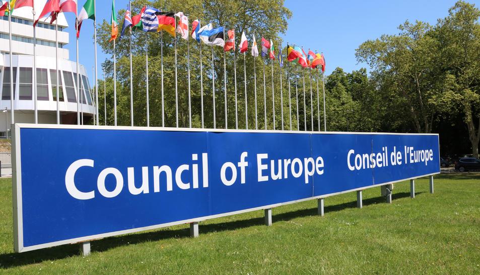 Pla general del cartell on es llegeix 'Consell d'Europa', davant la seu de la institució, a Estrasburg.