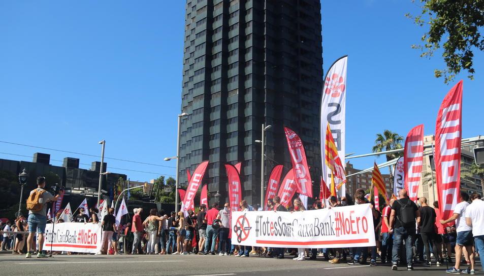 La manifestació dels treballadors de CaixaBank davant la seu del banc a Barcelona, coincidint amb la primera vaga general en la història de l'entitat.