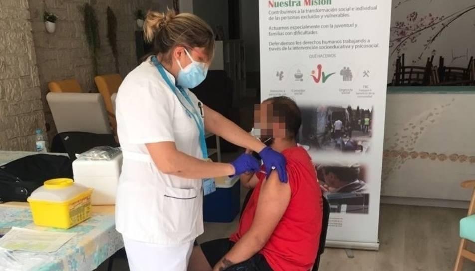 Imatge d'un usuari vacunant-se.