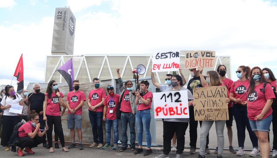 La concentració de treballadors del 112 a les portes de l'edifici d'emergències de Reus, durant la jornada de vaga.