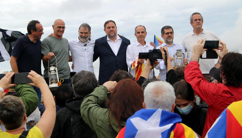 Pla general dels set líders independentistes a l'escenari, a les portes de Lledoners.