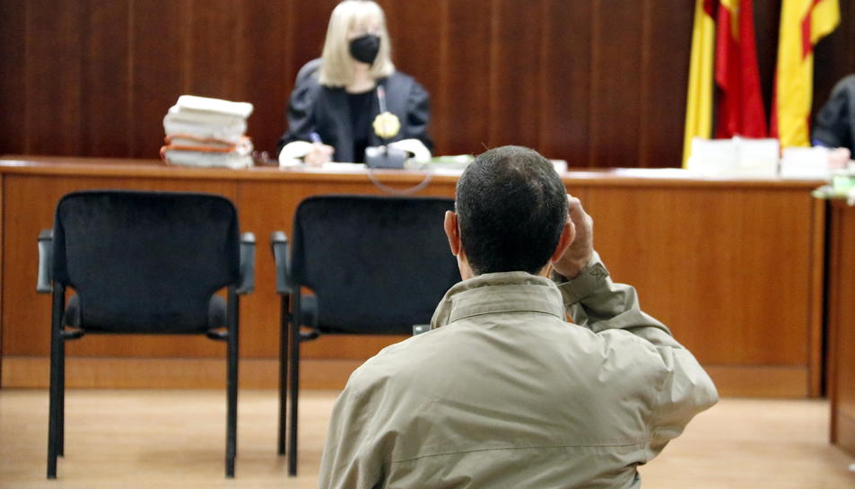 L'acusat de violar la seva neboda, assegut a l'Audiència de Lleida durant el judici,