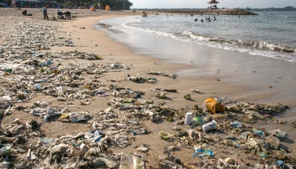 Imatge de plàstics expulsats pel mar després d'una tempesta.