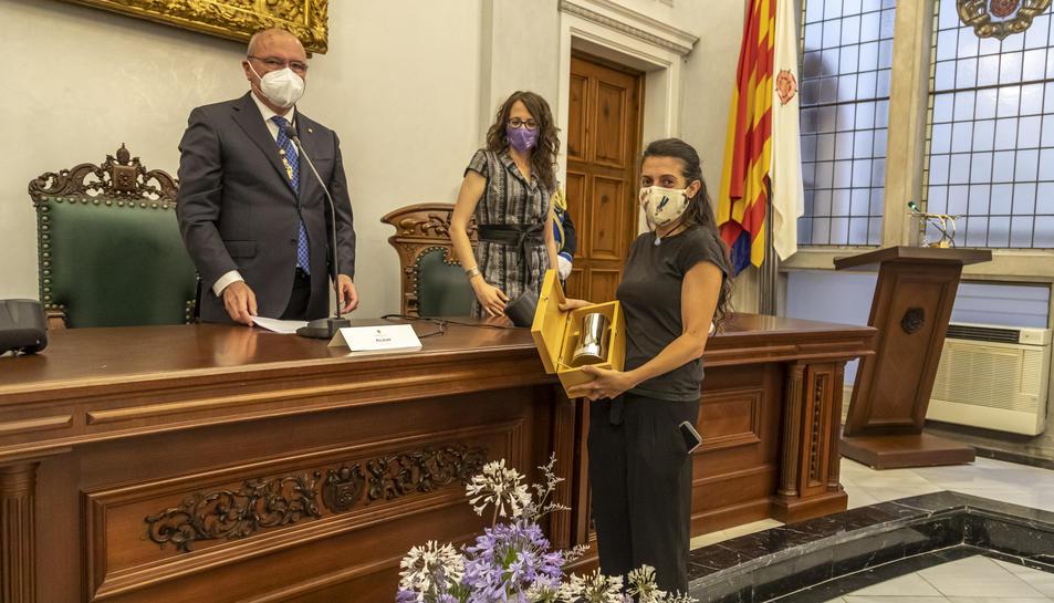 L'alcalde, la consellera de Feminismes i Igualtat i Helena Sardà, guardonada amb el Tro de la Festa.