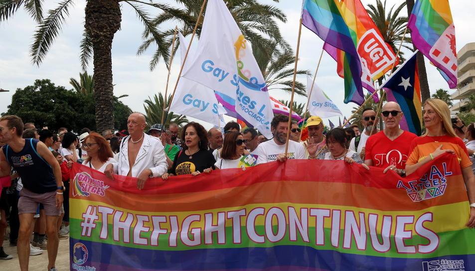 Pla mitjà de la pancarta reivindicativa dels drets LGTBI que obria la desfilada de l'Orgull Gai.