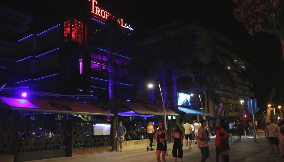 Pla general del carrer Carles Buïgas, amb la discoteca Tropical de Salou al fons.