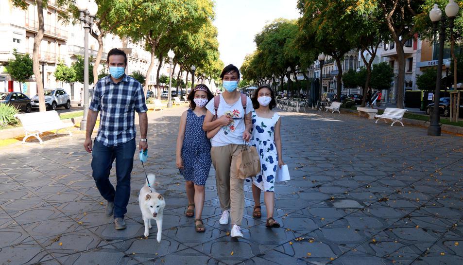 Una família duent les mascaretes a la rambla de Tarragona, en el primer dia sense obligatorietat de dur mascaretes.