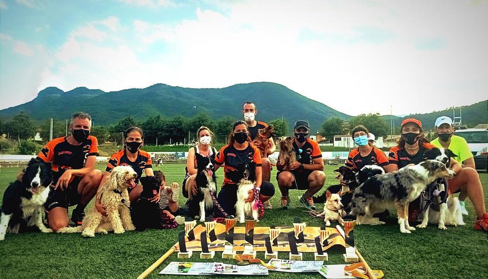 Diversos membres del Club Agility Neo de Reus amb els trofeus aconseguits enguany.