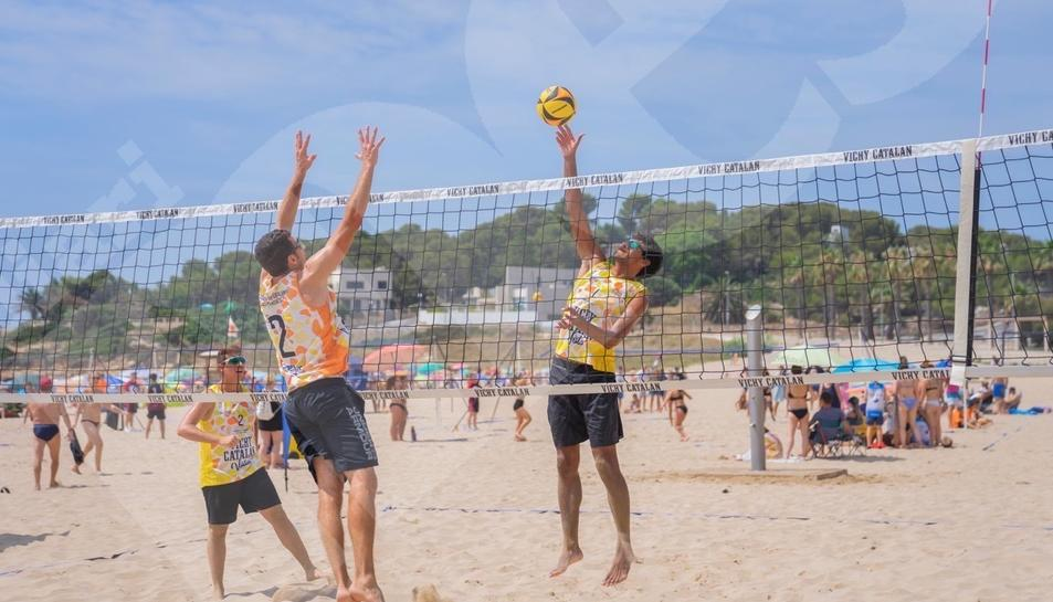 La platja de l'Arrabassada de Tarragona ha acollit aquest cap de setmana la cinquena prova del Campionat Català de Volei Platja.