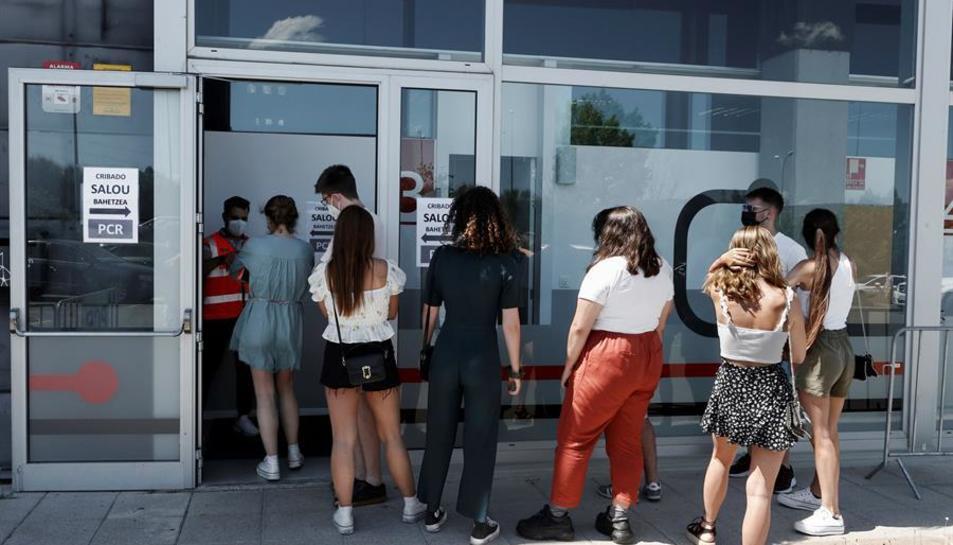 Imatge de joves a l'entrada d'un cels centres de cribratge a Pamplona.