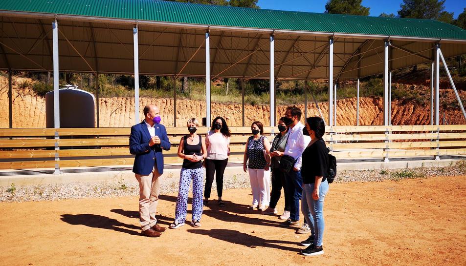 La presidenta de la Diputació de Tarragona, Noemí Llauradó, acompanyada d'altres autoritats, durant la seva visita a Espais Test de Gandesa.