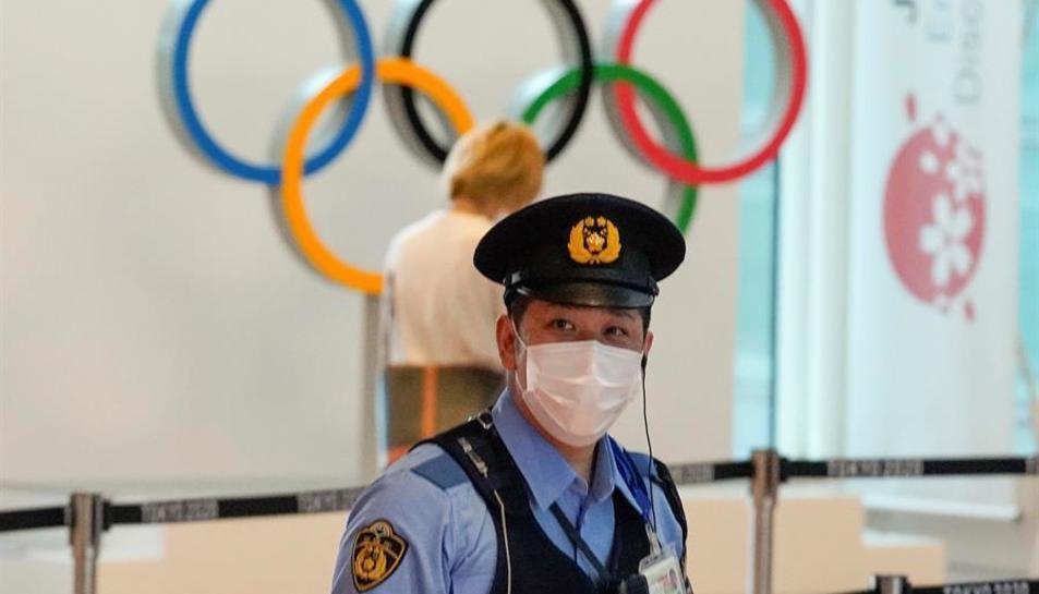 Un policia vigilant una de les instal·laions on es disputaran els JOcs.