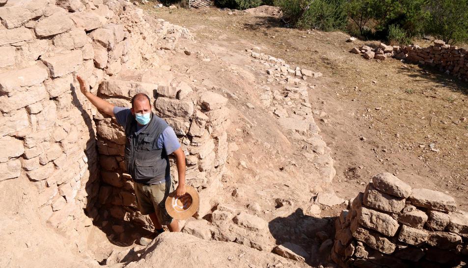 Rafel Jornet, professor de la Universitat de Barcelona i codirector de les excavacions al Coll del Moro de Gandesa, mostrant la porta d'entrada a l'assentament ibèric.