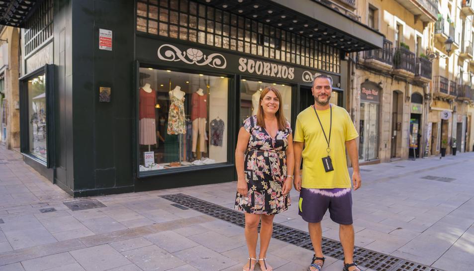 Els germans Roser i Medir Borràs davant de la botiga Scorpios del carrer Comte de Rius.
