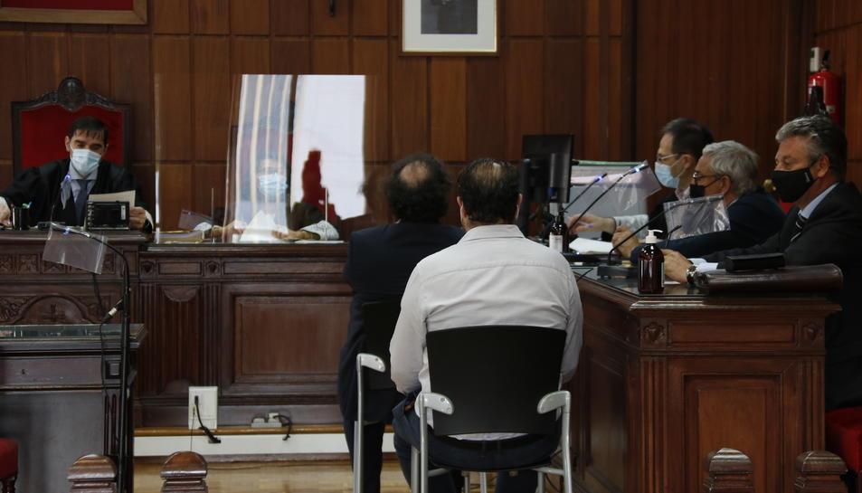 Pla obert de la sala de la secció 4a de l'Audiència de Tarragona, amb Daniel Masagué assegut a la banqueta dels acusats.