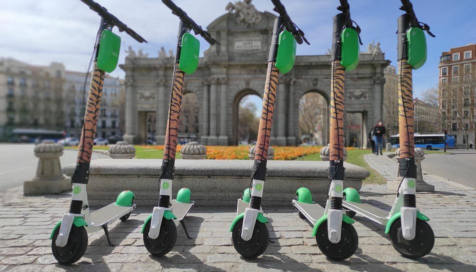 Cinc patinets elèctrics de l'empresa Lime a Madrid, decorats en ocasió d'una campanya conjunta amb la fundació ecologista WWF.