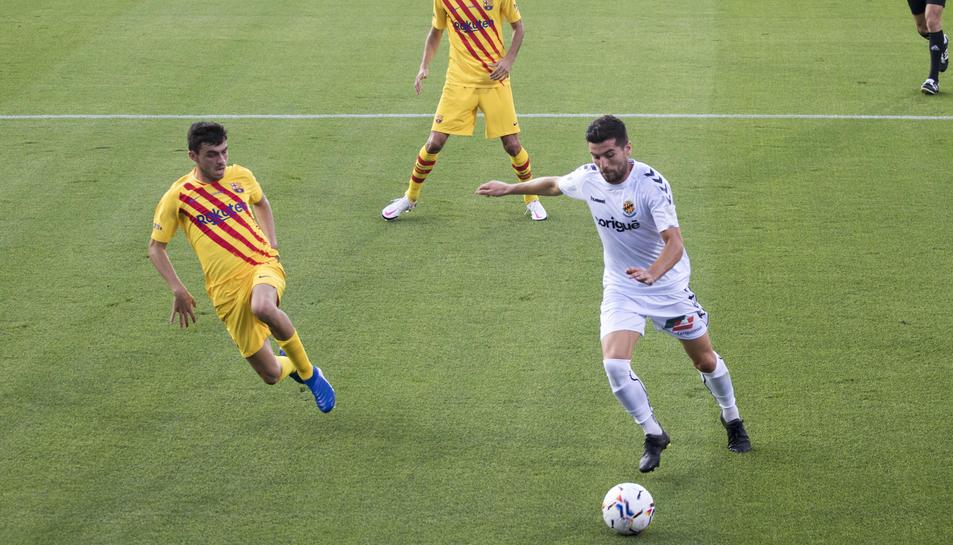 Javi Bonilla, durant el Barça-Nàstic de la temporada passada, amb l'oposició de Pedri i sota l'atenta mirada de Sergio Busquets.