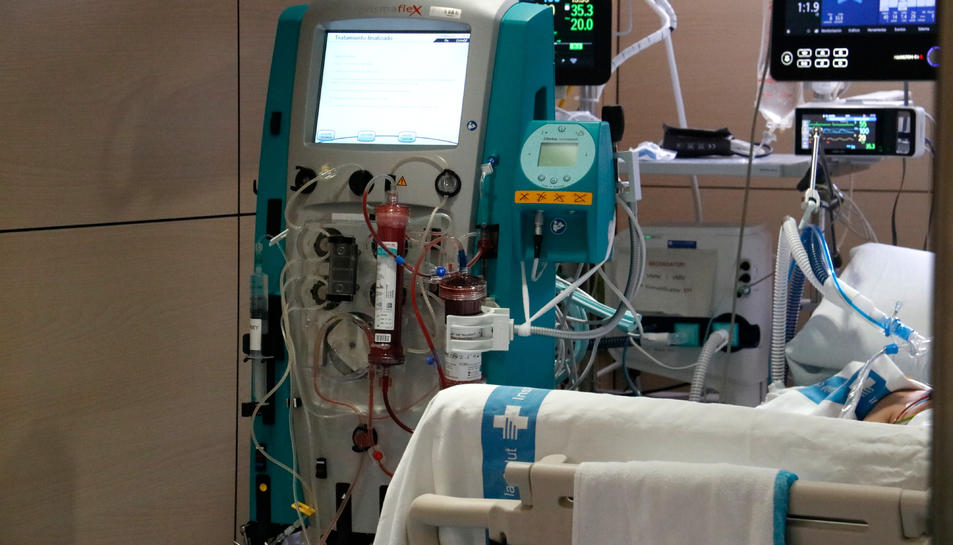 El dispositiu amb el filtre Seraph 100 després de ser utilitzat per filtrar la sang d'un pacient amb covid-19 ingressat a l'UCI de Vall d'Hebron.