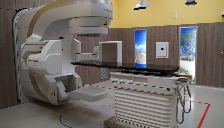 Imatge del nou accelerador lineal ubicat a l'Hospital de la Santa Creu de Jesús.