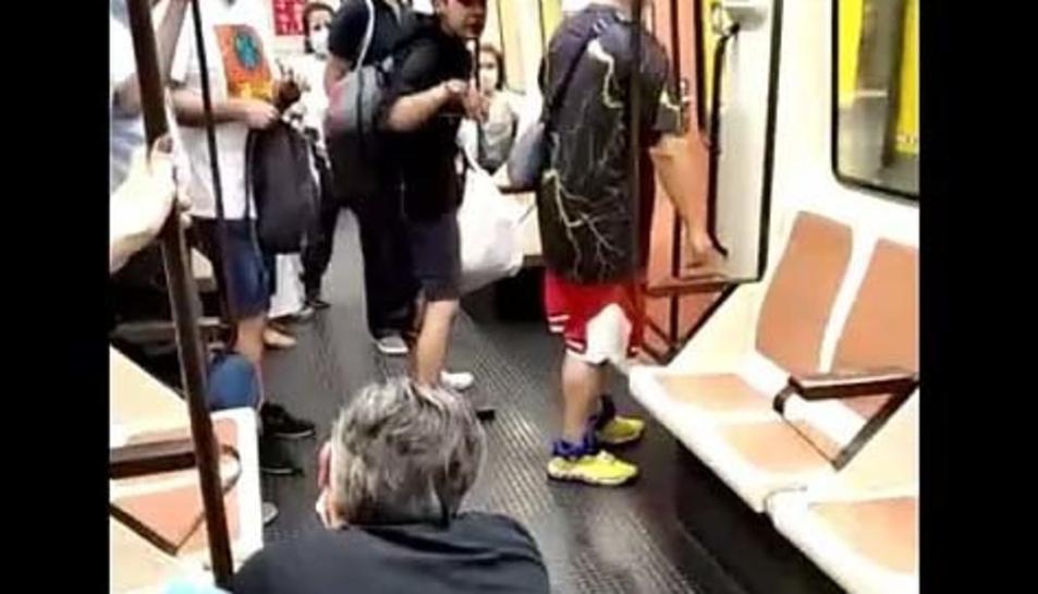 Captura del vídeo on es pot veure l'agressor, amb gorra rosa i la víctima, agenollada.