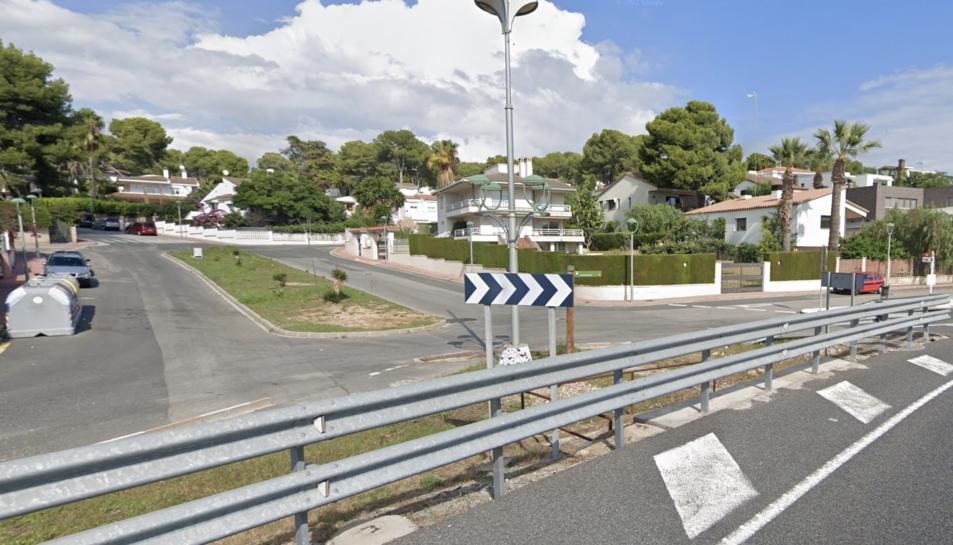 Imatge de la plaça Creu del Sud vista des de la carretera N-340.